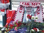 Акция памяти Егора Свиридова проходит спокойно (Обновлено) / На призыв демократов националисты и фанаты не откликнулись