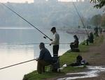 Южноуральские рыболовы устроили флеш-моб в знак протеста против платной рыбалки / Участники акции 'порыбачили' в фонтане на площади Революции