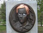 В Челябинске неизвестные накануне Дня Победы разрисовали мемориал пионерам-героям (ФОТО) / Некоторые стали больше похоже на героев комиксов, чем на пионеров