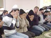 23 млн россиян сегодня отметят Ураза-байрам / В Москве молятся прямо на трамвайных путях (ФОТО)