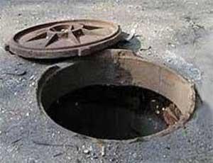 В Коркино школьник провалился в открытый канализационный колодец