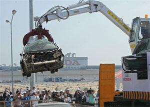Концерн «Хонда» уничтожил тысячу затопленных в Таиланде машин (ФОТО) / … доказывая клиентам, что поврежденные автомобили не будут проданы