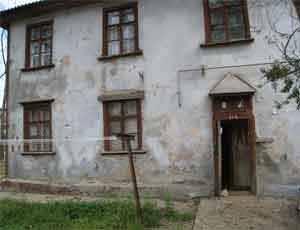 В южноуральском поселке Роза переселили жителей 6 аварийных домов / Два ветхих здания уже снесли