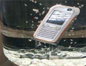 На Южном Урале продавцы некачественных телефонов заливают их водой, чтобы не возвращать деньги покупателям
