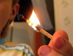 Еще один южноуральский ребенок пострадал на пожаре / В Карталах из-за детской шалости загорелась квартира в пятиэтажке