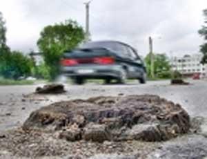 На дорогах Златоуста из-под асфальта выросли пеньки / Странный феномен сейчас изучают чиновники