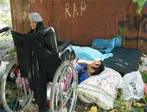 Челябинская пенсионерка живет с сыном-инвалидом на улице
