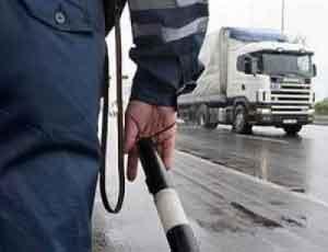На Южном Урале пьяный водитель врезался в группу стоящих на обочине автомобилей / Под колесами одного из них оказался сотрудник ГИБДД