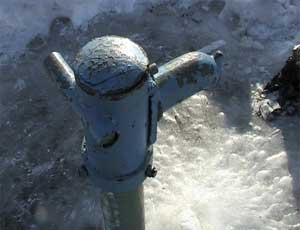 """В Коркино замерзли водозаборные колонки / Воду приходиться """"добывать"""" с помощью резинового шланга"""