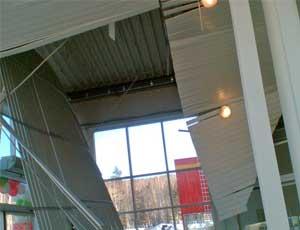 """В Миассе обрушился потолок в новом гипермаркете / Рабочие: """"Обмыть надо было, тогда и висел бы себе"""""""