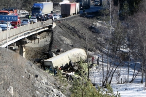 На трассе М-5 два грузовика упали с моста (ФОТО) / Есть погибшие