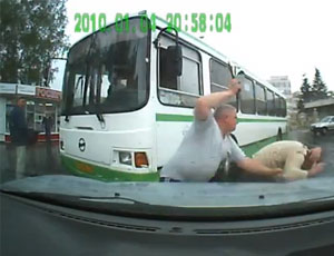 В Снежинске спор между водителем автобуса и автомобилисткой закончился членовредительством (ВИДЕО) / Пострадал муж автолюбительницы