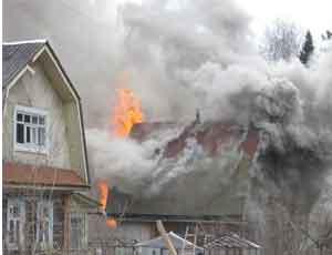 В Копейске молния спалила баню и подожгла дом