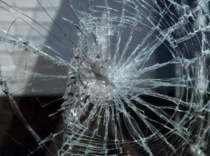 В Коркино пьяный командировочный разбил окно в пенсионном фонде
