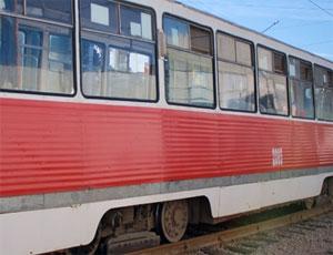 """В Челябинске иномарка """"влетела"""" в трамвай и сбила пешехода"""