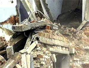 Разбили две стены, украли унитаз / Какой ценой в Старокамышинске удалось остановить затопление подъезда (ВИДЕО)