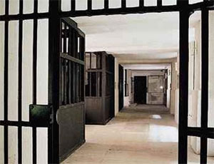 Челябинский областной суд оставил без изменения приговор в отношении пяти полицейских, позволивших осужденному совершить побег