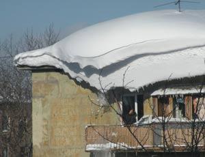 В Златоусте глыба снега обрушилась на 8-летнюю девочку со школьной крыши