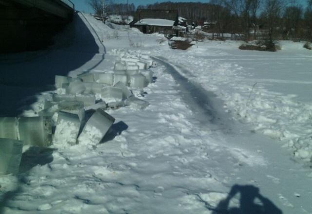 Новый Регион: По указанию МЧС специалисты распилили лед на реке Бисерть (ФОТО)