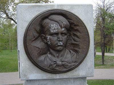 В Челябинске неизвестные накануне Дня Победы разрисовали мемориал пионерам-героям (ФОТО)