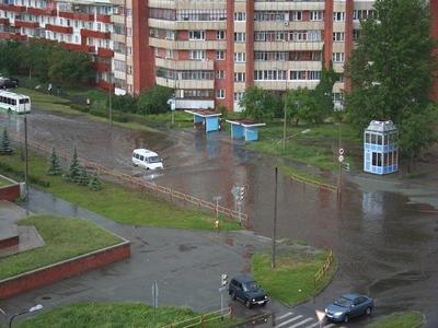 В Озерске из-за сильного ливня ушли под воду автомобили (ФОТО)