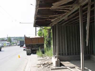 В Челябинске КАМАЗ сбил пешехода и наехал на остановку (ФОТО)