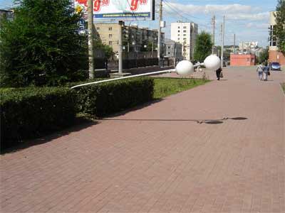 В Челябинске на Алом поле фонарь превратили в шлагбаум (ФОТО)