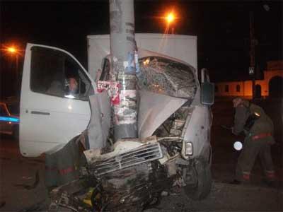 В Челябинске 19-летний водитель Газели  врезался в столб (ФОТО)