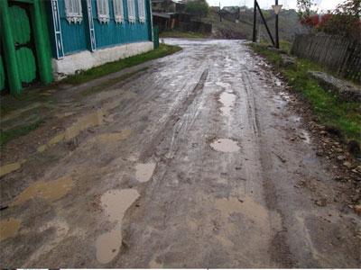 В Катав-Ивановске программа ''Добрые дела'' превратила грунтовую дорогу в кучу грязи и камней (ФОТО)