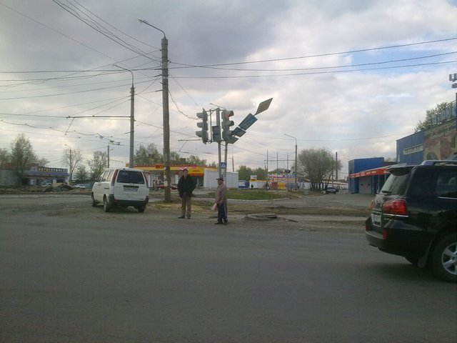 В Челябинске из-за сильного ветра пострадали автомобили, рекламные щиты и светофоры (ФОТО)