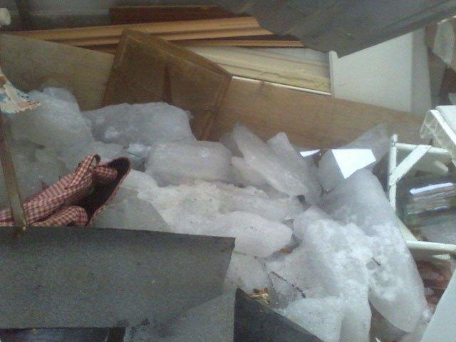 На Южном Урале управляющая компания отказывается восстанавливать пенсионерке балкон, разрушенный ледяной глыбой, упавшей с крыши (ФОТО)