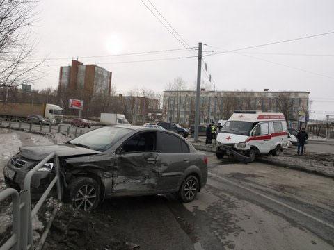 В Челябинске машина скорой помощи столкнулась с иномаркой (ФОТО)