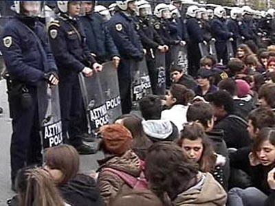 Итальянские студенты захватили вокзалы, мосты, Колизей и Пизанскую башню (ФОТО) / Правительство Берлускони сократило финансирование ВУЗов