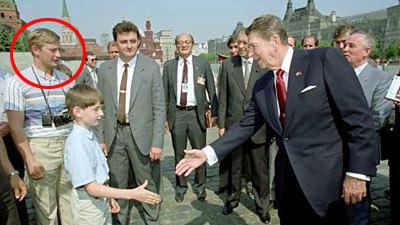 Новый Регион: Путин притворился туристом во время прогулки Рейгана на Красной площади (ФОТО)
