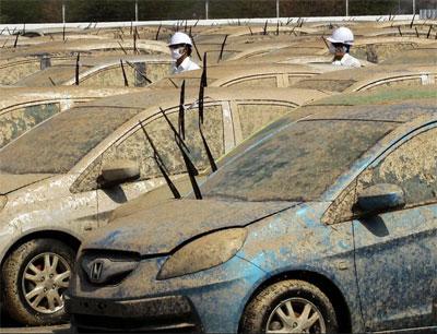 Автомобили по самую крышу покрыты слоем грязи