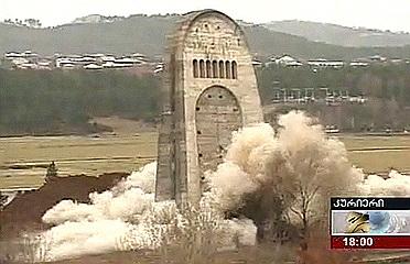 В Грузии взорван мемориал советским воинам. Погибли 2 человека (ФОТО, ВИДЕО) / Чтобы избежать акций протеста, монумент снесли в спешке