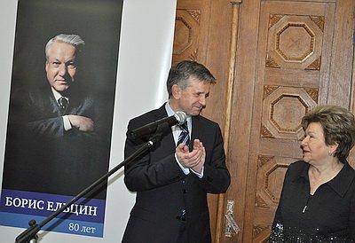 Посольство России открыло в Киеве выставку в честь Ельцина (ФОТО) / Потеря огромных территорий - благо для нынешней РФ, считают чиновники